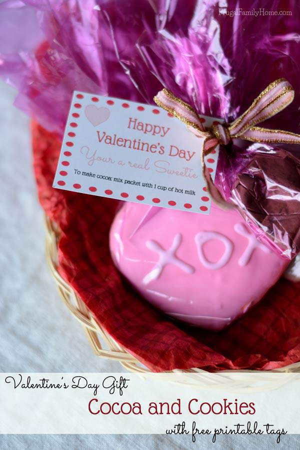 Need an easy and inexpensive gift idea for Valentine's Day? Try this cocoa and cookie gifts. I've included  free printable tags too.