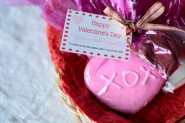 Why not make a cute gift to give for Valentine's Day. Make these cocoa and cookies gift packs. I've included free printable tags too.