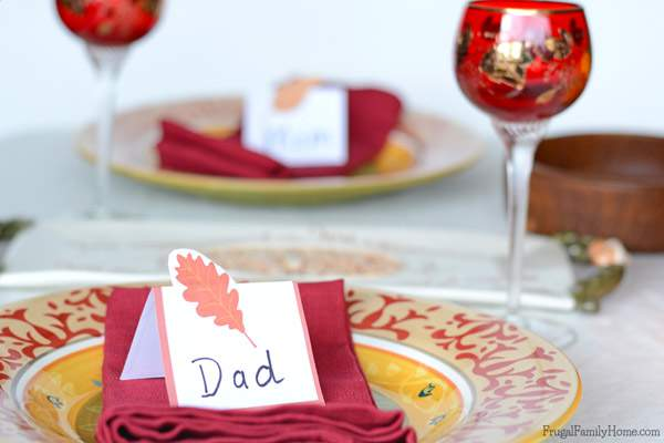 Dress up your holiday table with these cute leaf place cards and table rings. Get the free printable and make a set of your own to dress up your Thanksgiving table.